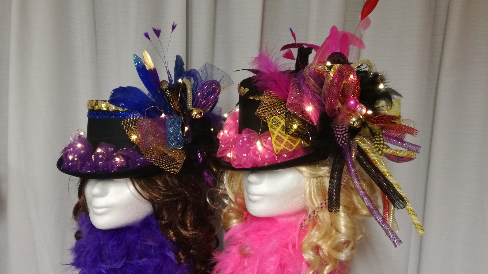zwarte hoed met gewenste kleuren tubes, veren enz.